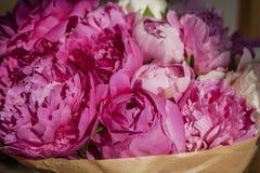 Ein Blumenstrauß von rosa Pfingstrosen Stockbilder
