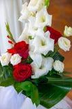 Ein Blumenstrauß von roten und weißen Rosen und von Gladiole Stockfotos