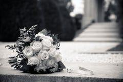 Ein Blumenstrauß von weißen Rosen auf einem Granit lizenzfreies stockbild