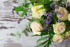 Ein Blumenstrauß von weißen Rosen mit Niederlassungen des Eukalyptus und der Palme Stockfotos