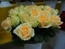 Ein Blumenstrauß von weißen und gelben Rosen stockfotos