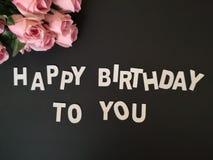 Ein Blumenstrau? von den Rosen, die alles Gute zum Geburtstag mit schwarzem Hintergrund w?nschen lizenzfreie stockfotografie