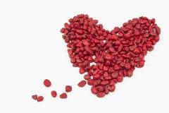 Ein blutendes Herz, gemacht durch rote Steine Stockfotos