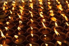 Ein Boden von den brennenden Kerzen, die an leuchten Lizenzfreie Stockfotos
