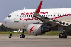 Ein Bodenkontrollemanager bereitet sich für die Abreise von A6-AOH Air Arabia Airbus A320-200 von internationalem Flughafen Boris lizenzfreie stockfotos