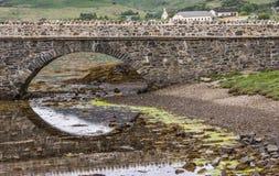 Ein Bogen Steg zu Eilean Donan Castle, Schottland Lizenzfreie Stockbilder