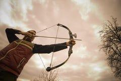 Ein Bogenschütze, der ein Ziel anstrebt Lizenzfreie Stockbilder