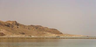 EIN BOKEK, ISRAËL - Maart 28, 2018: Dode Overzeese kust met gele bergen op de achtergrond Royalty-vrije Stock Afbeelding