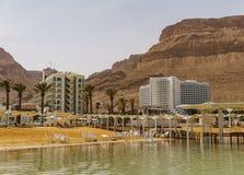 EIN BOKEK, ISRAËL - Maart 28, 2018: Zonnestrand met witte hotels op het Dode Overzees Royalty-vrije Stock Afbeelding