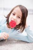 Ein Bonbon auf einem Steuerknüppel, helle gesättigte Farben Stockfotos