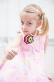 Ein Bonbon auf einem Steuerknüppel, helle gesättigte Farben Stockbilder