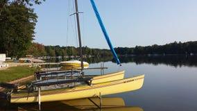 Ein Boot angekoppelt am Dock Lizenzfreies Stockbild