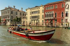 Ein Boot auf dem Canal Grande in Venedig stockfotografie