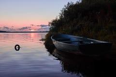 ein Boot auf dem Fluss stockfoto
