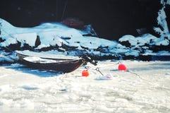 Ein Boot auf dem gefrorenen Wasser Lizenzfreie Stockfotos