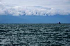 Ein Boot auf dem Meer lizenzfreie stockbilder