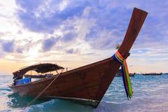 Ein Boot auf dem Meer mit klarem Himmel Lizenzfreie Stockbilder