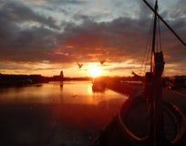Ein Boot auf dem Sonnenuntergang Lizenzfreie Stockbilder