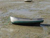 Ein Boot auf dem Strand stockfotos