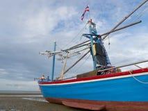 Ein Boot auf dem Strand Lizenzfreie Stockfotos