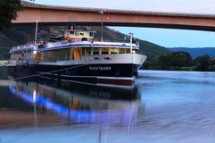 Ein Boot auf der Mosel bei Sonnenuntergang stockfotos
