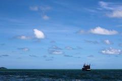 Ein Boot auf einem weiten Ozean Lizenzfreies Stockfoto