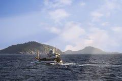 Ein Boot auf einem weiten Ozean Stockfotografie