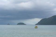 Ein Boot auf Meer im Betrüger Dao Island lizenzfreies stockfoto