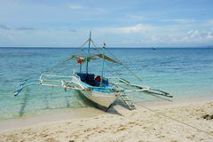 Ein Boot auf Strand Stockbilder