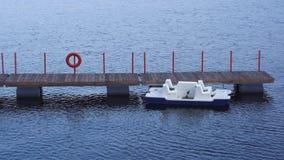Ein Boot auf Wasser am Liegeplatz stock footage