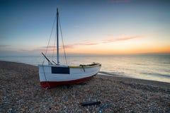 Ein Boot bei Dungeness in Kent lizenzfreie stockbilder