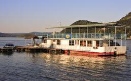 Ein Boot, das auf das Donau an der Dämmerung schwimmt Lizenzfreies Stockfoto
