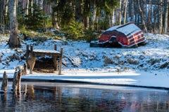 Ein Boot, das im Schnee den Frühling wartet Stockbild