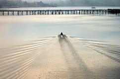Ein Boot, das Montag-Brücke in Sangkhlaburi sich nähert Lizenzfreie Stockfotografie