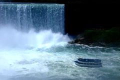 Ein Boot, das Niagara-Wasserfälle kommt Lizenzfreies Stockfoto