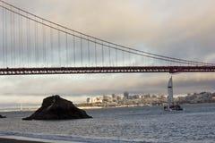 Ein Boot, das unter berühmte Golden gate bridge überschreitet Lizenzfreies Stockbild