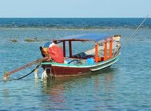 Ein Boot des langen Schwanzes schwimmt auf das Wasser ist bereit, zum Meer zu segeln Lizenzfreies Stockfoto