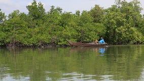Ein Boot des langen Schwanzes, welches die lokalen Leute überschreiten auf den Flossdorf langen Sohn transportiert stock footage