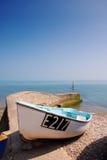 Ein Boot durch das Meer Stockbild