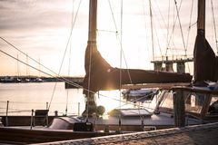 Ein Boot in einem Hafen auf Sonnenuntergang Stockbild