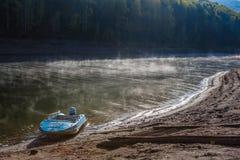 Ein Boot festgemacht zur Bank vom Jenissei in Sibirien, Russland stockfotos
