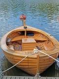 Ein Boot hergestellt vom Holz mit einem Stab Stockbild