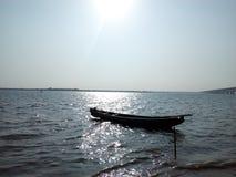 Ein Boot im Fluss Godavari Lizenzfreies Stockbild