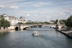 Ein Boot im Fluss in Paris Stockfoto