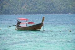 Ein Boot im Meer lizenzfreie stockfotografie