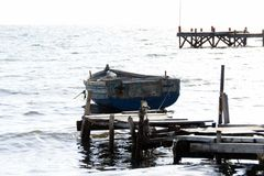 Ein Boot im Saloniki-Hafen stockbild