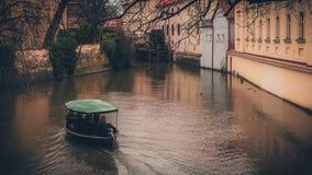 Ein Boot innerhalb der Wände von Prag-Schloss stockfoto