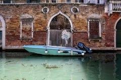 Ein Boot machte nahe einer dld Backsteinmauer in Venedig fest Stockbild
