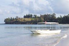 Ein Boot nahe zum schönen Tipp von Borneo, Malaysia auf Morgen stockbild