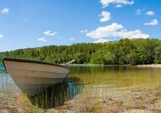 Ein Boot und ein See in Nord-Norwegen Lizenzfreies Stockfoto